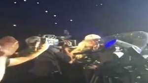 Miley Cyrus besa a una total desconocida en pleno concierto Video: