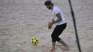 David Beckham visita favela y juega futvóley en Río de Janeiro Video: