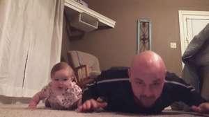 El bebé que hace flexiones con su padre Video: