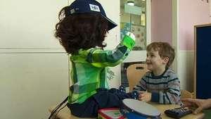 Un robot humanoide ayuda a los niños con autismo Video: