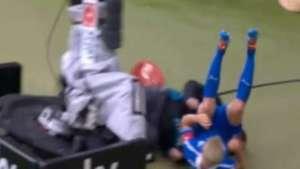 Cuidadooo! Jugador sufre estrepitoso accidente y deja K.O a camarógrafo Video: