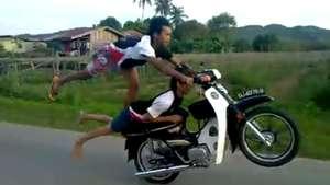 Increíble: Aling y Ayan hacen el loco en la moto Video: