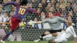 Barça revive el día en que el Bernabéu se rindió ante Ronaldinho Video:
