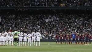 Minuto de silencio por la muerte de Suárez en el Bernabéu Video: