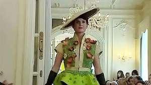 Realizan un desfile de moda con vestidos hechos de vegetales Video: