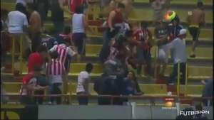 Violencia empaña clásico Atlas-Chivas Video: