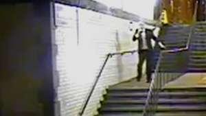 Vergonzosa imagen de un sujeto ebrio intentando bajar las escaleras Mira! Video: