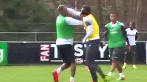 No se tragan! Jugadores del PSV a los combos durante un entrenamiento Video: