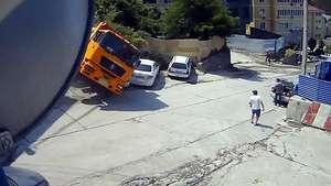 Se salva milagrosamente de ser aplastado por un camión Video: