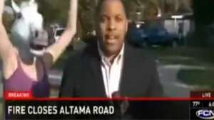 Se pudrió todo! Reportero sufre broma durante despacho en vivo Video: