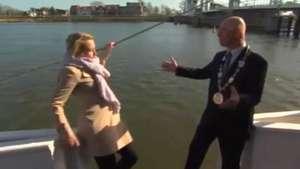 Se ahogó en preguntas! Periodista sufre chistoso chascarro Video: