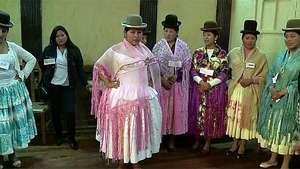 Cholitas desfilan en la primera escuela de modelaje indígena Video: