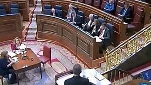 Diputado regaña a Rajoy por hablar en el móvil en pleno debate Video: