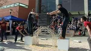 Un puente hecho con palillos de helado soporta 1.136 kilos Video: