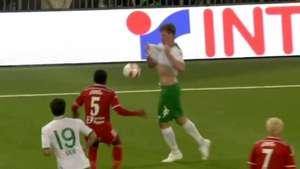Futbolista realiza insólita jugada que causo la indignación del equipo rival Video: