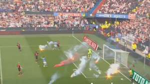 Salvaje lanzamiento de bengalas en la final de la Copa de Holanda Video:
