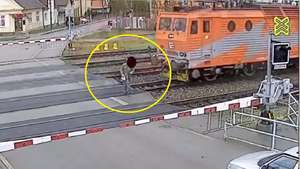 Un hombre se salva de milagro de ser atropellado por un tren Video: