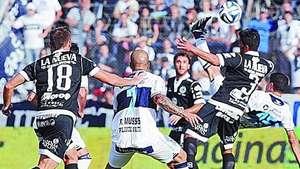 Te pasaste! Mira la espectacular chilena que anotó este jugador argentino Video: