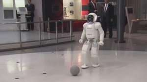 Obama y el robot Asimo juegan al fútbol Video: