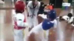 Tierna y graciosa pelea de taekwondo entre dos nenes Video: