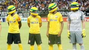 Jugadores del Corinthians usa cascos en homenaje a Ayrton Senna Video: