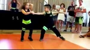 Pequeños bailarines de salsa se vuelven furor en la web Video: