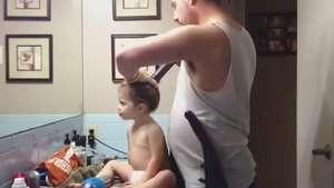 Ingeniosa y extraña forma de peinar a su hija: Con una aspiradora! Video: