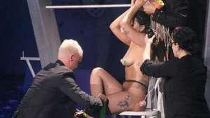 Lady Gaga queda desnuda en vivo frente a sus fans! Video:
