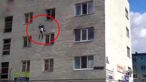 Madre arroja a hijos por la ventana para salvarlos de incendio Video: