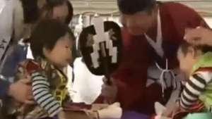 Inusual concurso en el que, el bebé que llora primero, gana Video: