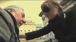 Mujer evita dar limosna a un ciego con esta acción Video: