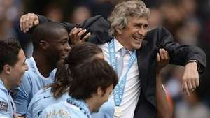 Jugadores del Manchester City levantan en el aire a Pellegrini Video: