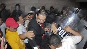 Policía desaloja a Zelaya y diputados del Parlamento Video: