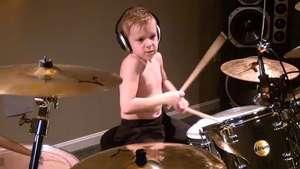 Chico de seis años toca la batería como un profesional Video: