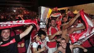 Los hinchas del Sevilla celebran la Liga Europa Video: