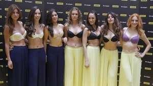 """Modelos celebran el """"día del escote"""" Video:"""