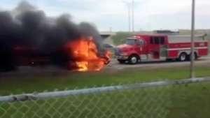 Extraño incendio de un autobús escolar en Estados Unidos Video: