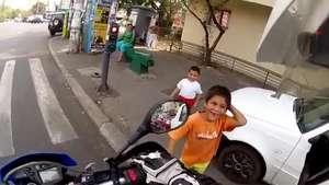 Motociclista deja que niños toquen el claxon de su moto Video:
