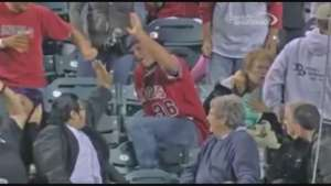Casi mata a una abuela por atajar una pelota de béisbol Video: