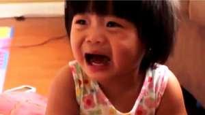 Un padre encuentra una forma muy creativa para que su hija deje de llorar Video: