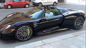 Ibrahimovic de vacaciones en su Porsche de 859 mil euros Video: