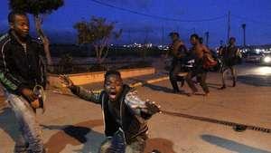 Unos 400 inmigrantes logran entrar en Melilla Video: