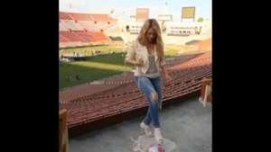 Shakira juega al fútbol con tacos altos y jeans Video: