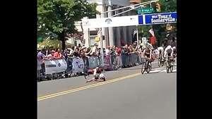 Tremenda caída de ciclista al cruzar la línea de llegada Video: