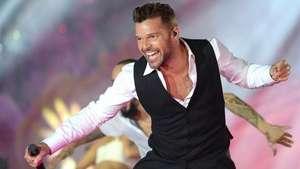 No le diría que no a un dúo con Shakira, dice Ricky Martin Video: