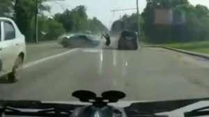 Rusia: atravesó el parabrisas y salió ileso Video: