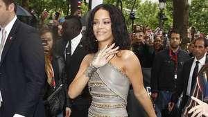 Rihanna lanza su nuevo perfume en Francia Video: