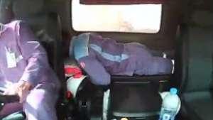 Camión vuelca con hombre dormido en su interior Video: