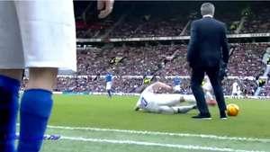 José Mourinho derriba a jugador en partido amistoso Video: