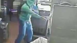 Cámara registra violento asalto en restaurant de comida rápida Video: